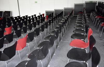 Zuschauertribüne, 208 Sitzplätze