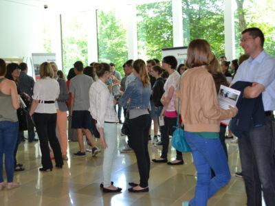 Menschen stehend im Gespräch im Reinhold Würth-Saal