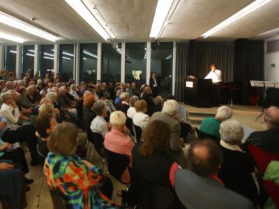 Sitzendes Publikum, Blick auf Redner am Rednerpult