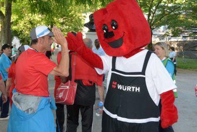 Würth Maskottchen Fasty klatscht mit Athleten ab