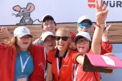Christa Rigozzi macht ein Selfie mit Athleten